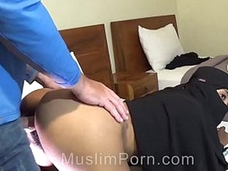 Muslim slut wearing niqab can't take big white cock in her asshole